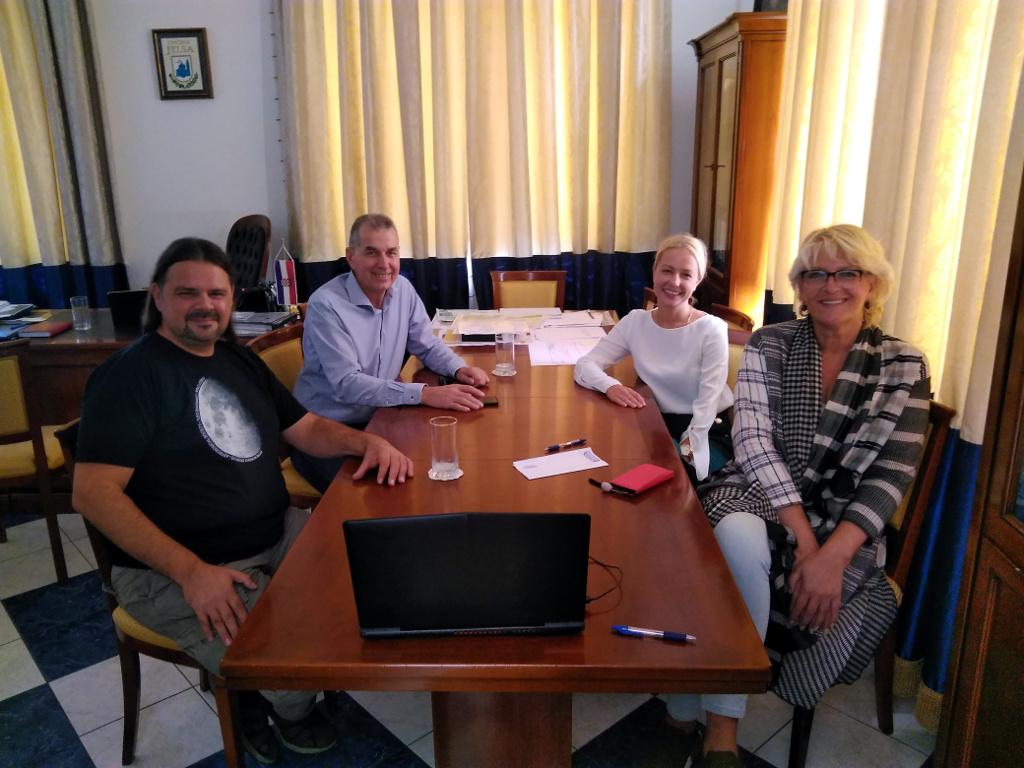 U Općini Jelsa održan sastanak o prvoj Hrvatskoj zajednici tamnog neba i parku tamnog neba na Humcu